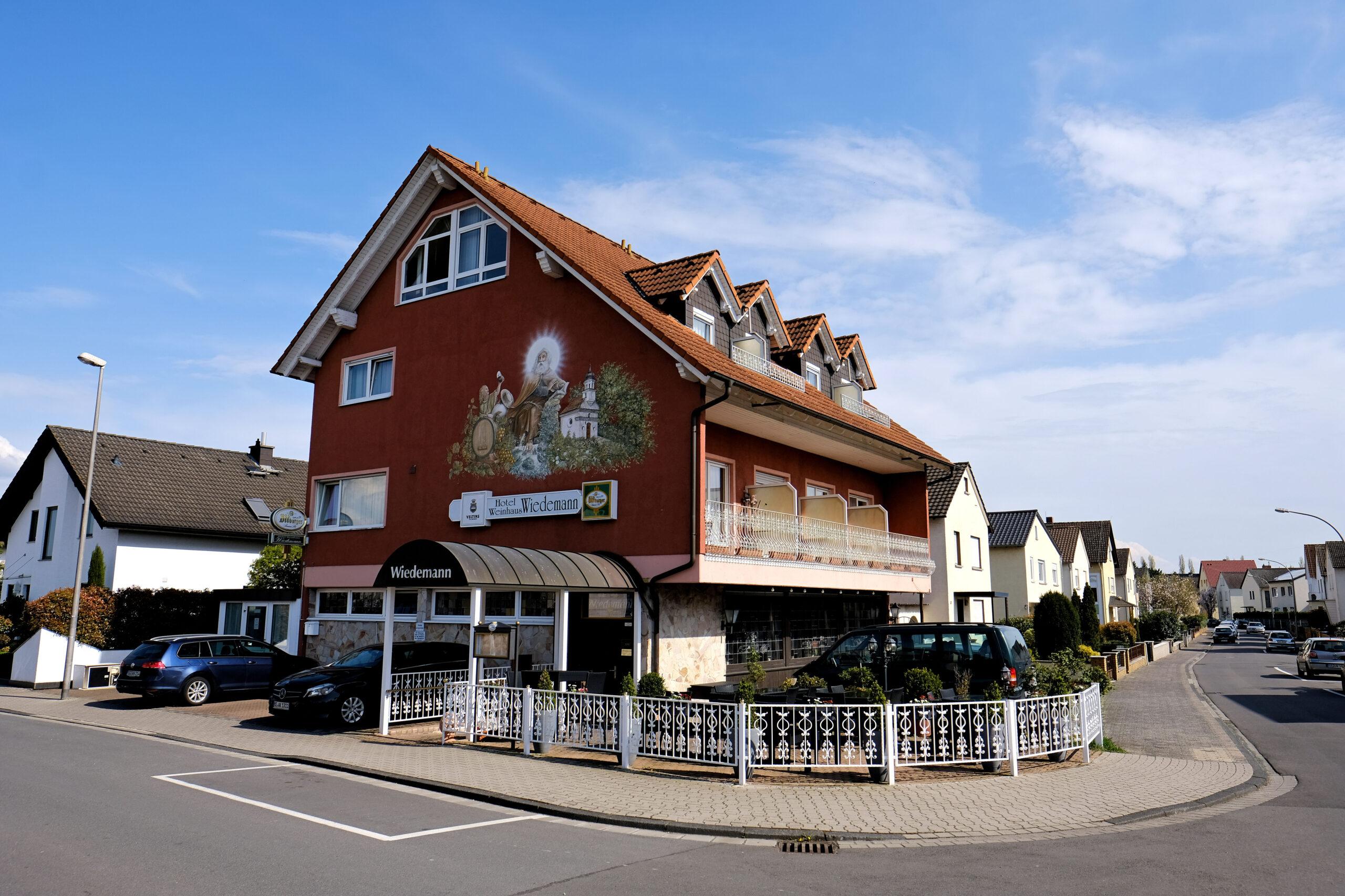 Außenansicht des Hotels mit Parkplatz und Biergarten